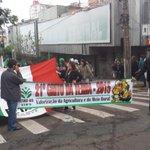 Trânsito bloqueado na Rua Santo Antônio entre a Farrapos e Cristóvão Colombo. @RdGuaibaOficial http://t.co/UFFBq4UysE
