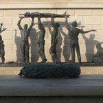 [#Humour] La statue en hommage à Abou Diaby à Arsenal dévoilée ! http://t.co/09bVgGoZnw