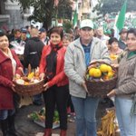 Em instantes começa caminhada de agricultores até o Largo Glênio Peres. @RdGuaibaOficial http://t.co/IA5ZRpuc8M