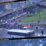 08h17 - Manifestantes caminham agora em direção a Avenida Mauá. Destino Final é a Secretaria da Fazenda. http://t.co/zFLjGgQq2G