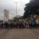 Farrapos trancada 2 sents junto à Garibaldi. Fila de ônibus e carros. Agricultores fazem caminhada. # http://t.co/lKFfI0SsUp (@tbitencourt8)