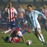 Otro intento de titular la foto. Viene Messi, actúa normal. http://t.co/0e6MaKyTp2