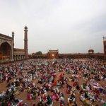 صورة: للإفطار حول الجامع الكبير بنيودلهي في الهند.  عبر: @A_AlKhomairi #رمضان_حول_العالم http://t.co/dEV8VLt2DW