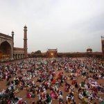 صورة ???? الإفطار حول الجامع الكبير بـ #نيودلهي في #الهند. #رمضان_حول_العالم #رمضان #شهر_رمضان - http://t.co/cld0djuBdO