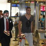 El padre de Konoplyanka en el aeropuerto recibiendo a Rami con un par de serranitos del Tiro de Línea. http://t.co/YXYFp7fiFc