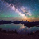 A mesmerizing pic of the #MilkyWay over @CraterLakeNPS by Tiffany Nguyen #Oregon #stars http://t.co/lnkL5iIvpJ