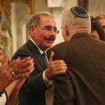 Concluida la conferencia, Bernardo Kliksberg recibió el saludo del presidente @DaniloMedina. http://t.co/DbvbQBrleY