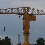 #Nantes La terre suspendue à la grue jaune s est dégonflée @levoyageanantes http://t.co/kCoU1DCLQa
