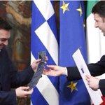 """Quando Renzi donò una cravatta a Tsipras, dissi che era per strangolarlo. Antipatico dire """"lavevo detto"""", ma è così http://t.co/UEnmLvQqBU"""