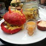 Voilà ça cest un burger rock nroll (à Nantes, Melting Potes) http://t.co/V2oB69G0VM