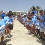 Juan Carlos, llegando a la playa por un pasillo creado por los niños del Campus del Málaga http://t.co/0FF65Ct4xi