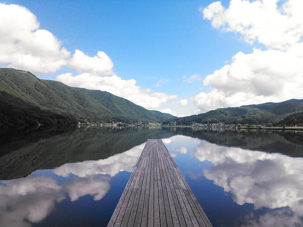 今朝の鏡みたいな木崎湖の桟橋写ってるバージョンね。 合成みたいだけどモノホンだよ! http://t.co/Rq4R9rUocJ
