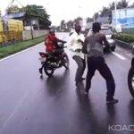 Insolite: Côte dIvoire: La vidéo de deux hommes qui se battent en pleine rue http://t.co/zcSsjHvo7P http://t.co/PneN9TMv5Z