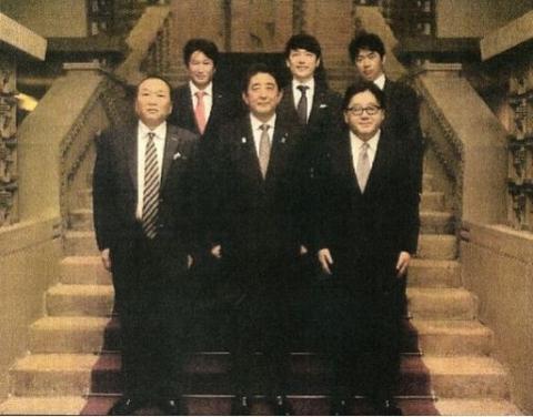 これですかね?RT @tanakaryusaku:歴代内閣が組閣の記念写真撮影で使っていた旧首相官邸(現公邸)の階段で安倍首相が秋元康や見城徹らと「組閣ごっこ」に興じた。その写真はネット上を飛びかっていたが今では発見が難しい http://t.co/xhZufxPA1j