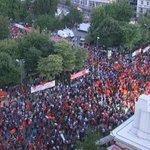 """#EstaPasando Griegas/os gritan en castellano """"el pueblo unido jamás será vencido"""" #YoVoyConGrecia #Greferendum #OXI http://t.co/rvM1YDmdgQ"""