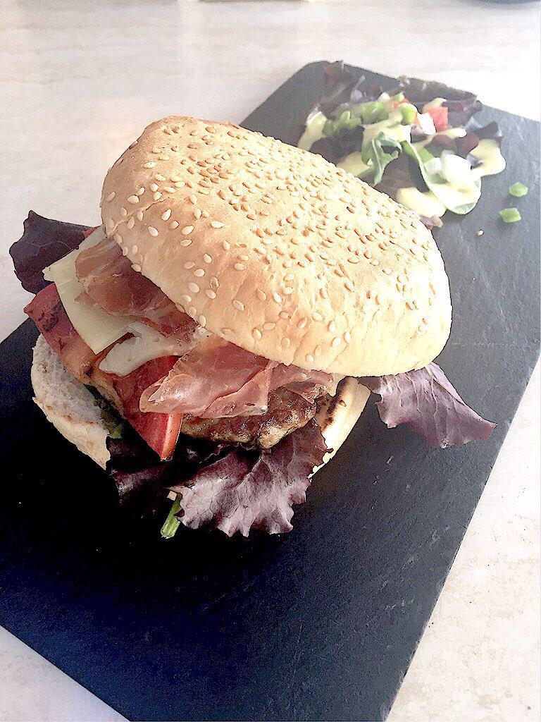 """Exquisita """"Burger de secreto ibérico, queso curado, jamón ibérico y suave alioli de ajos asados"""" en @solymarcafe!! http://t.co/hstT1T4Dtl"""