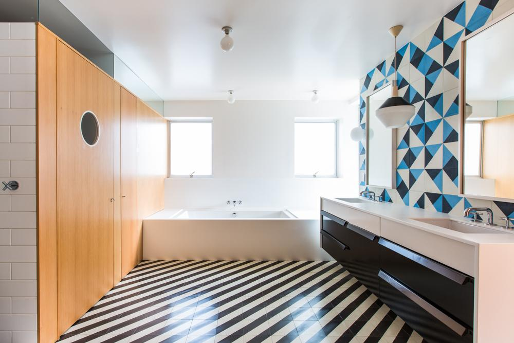 We are swooning over this L.A. bathroom by architect @barbarabestor @dwell http://t.co/8A5GAD7zxF http://t.co/H2xoQEMeVj