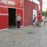 La puerta 4 del Ramón Sánchez Pizjuán se abre para recibir a Konoplyanka. El jugador viene de camino. #SevillaFC http://t.co/pLaWylsJWB