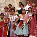 ¡#BuenosDías! Les deseamos un #FelizViernes con foto de alegres #mujeres durante la #Guelaguetza. #Oaxaca http://t.co/T5pWOsC9os