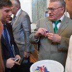 Жириновский схватил печенье Госдепа на приеме в посольстве США http://t.co/Y9LOHdzewv