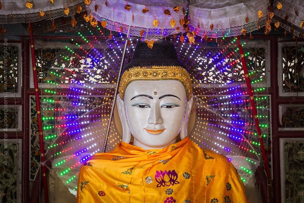 古来仏像に金箔貼りまくるのも後背をつけるのも、そもそも「仏」を光り輝かせて見せるためのギミックなのだから、今世紀インドシナあたりで見られるLED仏像こそ仏師が追い求めていた理想像。  https://t.co/gPEjVgaqRY