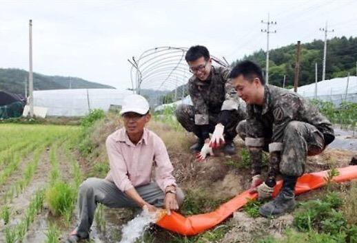 논에 물을 대는 좋은 예와 나쁜 예. 물대포를 쏘면 농작물이 아파요! http://t.co/gUl9KNr64b