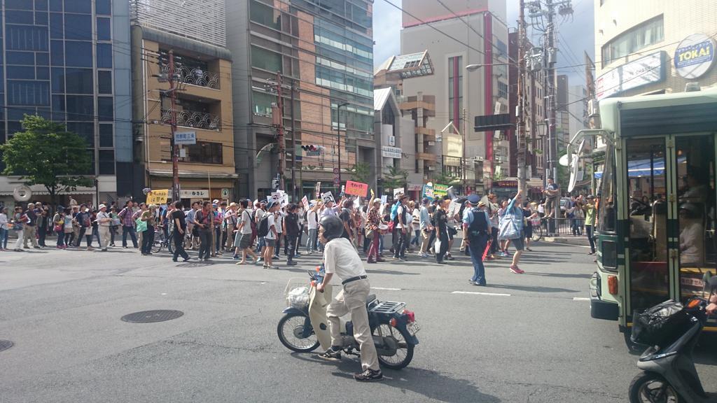 京都の戦争立法に反対する学生デモにたまたま出会えた!今の時点で2000人越えらしくどんどん人が集まってました。 @SEALDs_Kansai http://t.co/wnfWIRzQ3n