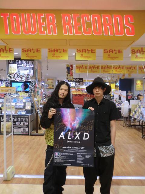 【ご来店】ひゃーーーー!! なんと!! 6/17に「ALXD」をリリースした[Alexandros]より川上さんと庄村さんがご来店(*^_^*) 展開場所にコメントとサイン入りディスプレイ掲示中ですよ(^○^) #Alexandros http://t.co/01fKAzOXPT