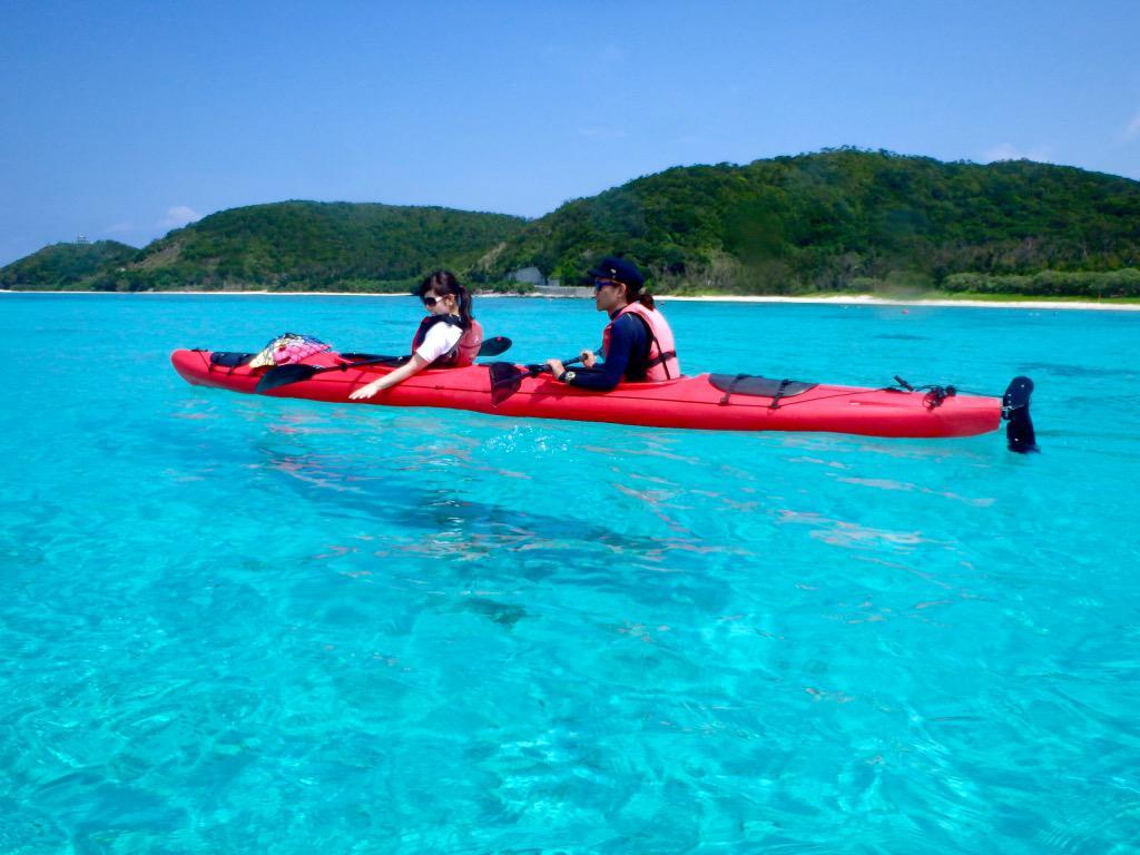 座間味島の海が綺麗すぎて、カヤックが飛んでるみたいに撮れてる。 http://t.co/0N2IRlHGei