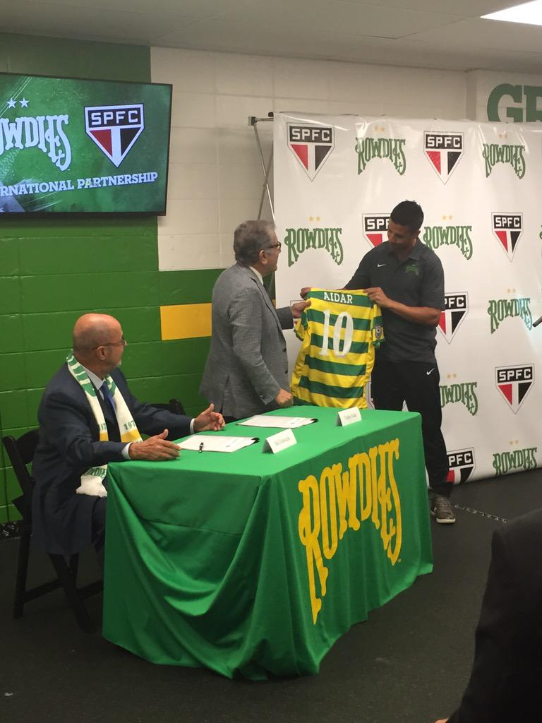 .@TampaBayRowdies @MarceloSaragosa gifts #SPFC #President #jersey. #BigDay http://t.co/Kag2L3rQoZ