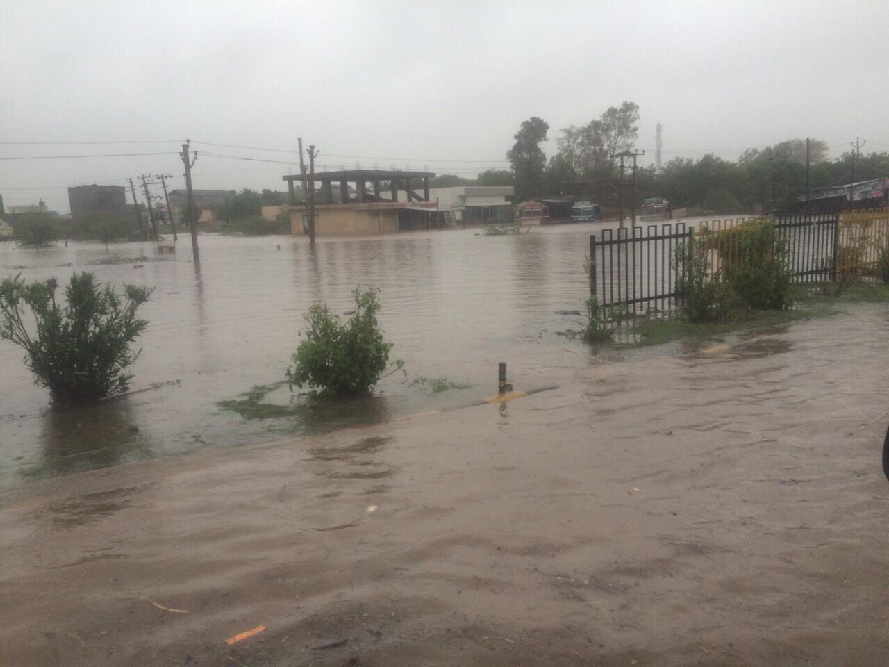 Gujarat : Heavy rain causes flood like situation in Rajkot http://t.co/Xn6lAg58el
