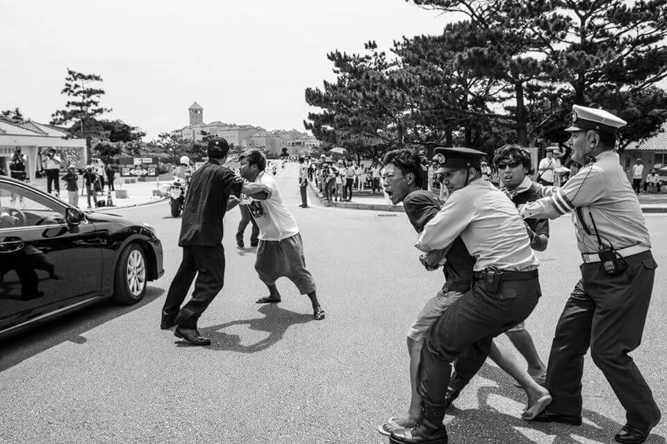 過去の写真のようだけど、2015/6/23の写真です。 沖縄-安倍晋三の乗った車に向かって抗議する若者たち。 本土では報道されない現実。  Rody's Bullets http://t.co/kNrDcRSyNq http://t.co/qXUlXbAg4m