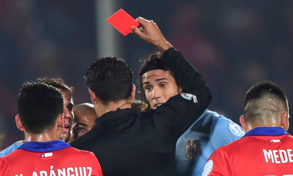 サッカーの試合中、DFが囁きながら相手選手の肛門を指でほじる→とっさにビンタ→退場