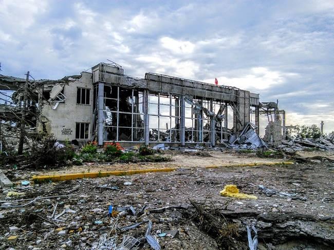 На фотографиях руины, в котор ые превратился аэропорт после его длительного...