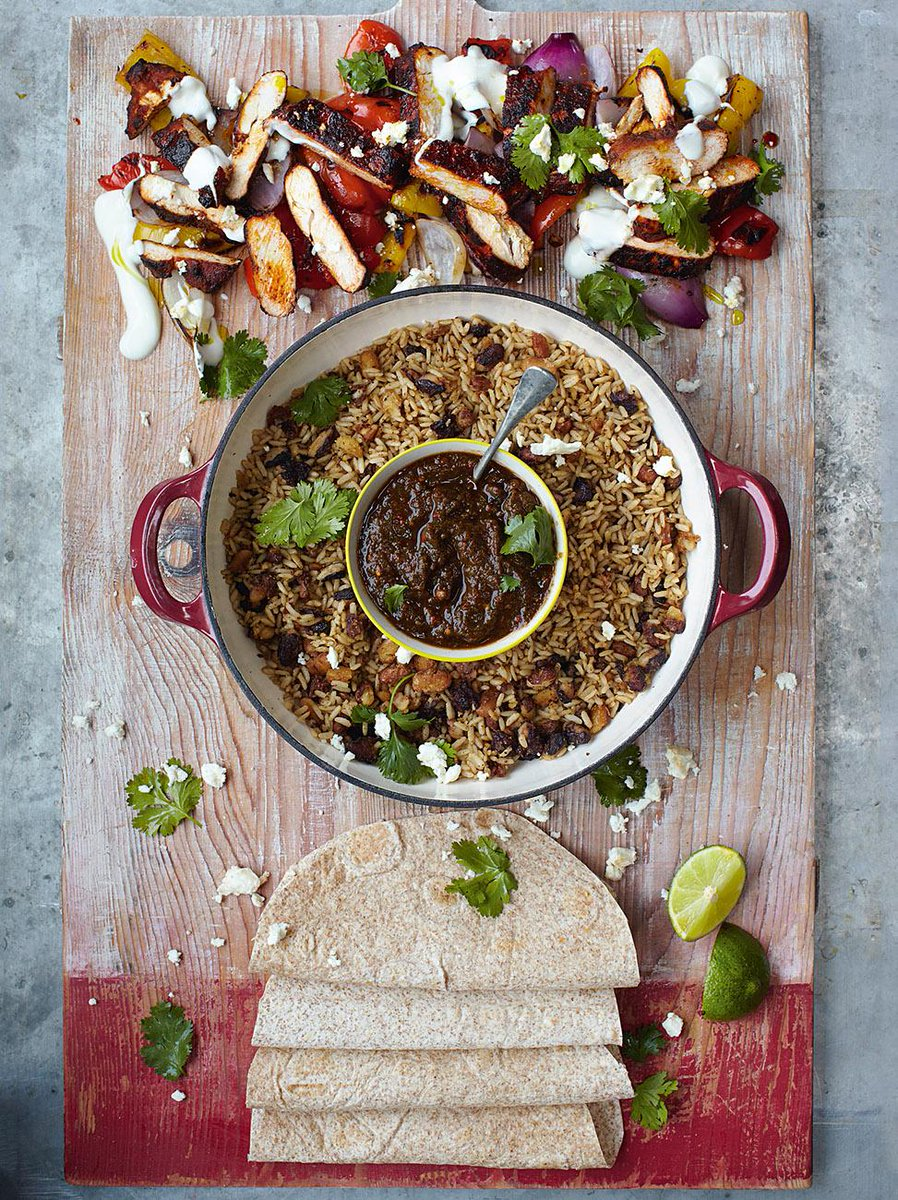 #Recipeoftheday Super quick sizzling Chicken Fajitas with grilled peppers, salsa, rice & beans http://t.co/9M3NJbDLk5 http://t.co/OjiDXr6DB7