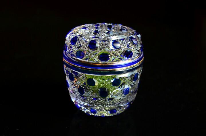 こちらは先ほどの江戸切子の中棗ですが、近くで見ますとこんな感じ(*^^*)  うっすらと見えるお抹茶の緑が、お棗の景観に彩りを添えてくれてます♪  お茶道具の素材は数多あれど、器の中身まで愛でる事が出来る伝統工芸品は硝子だけなんです☆ http://t.co/su5ErCm4Rn