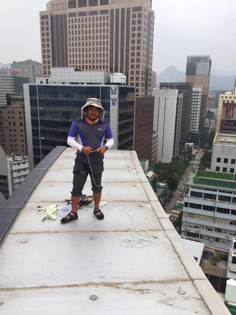 1. 기아차 비정규직 두 분의 노동자가 국가인권위 건물 전광판에 올라간지도 벌써 보름이 됐습니다. 전광판은 생각 그 이상으로 너무나 좁고 위험했습니다. 안전대비가 전무한 상태입니다. http://t.co/LAAUx1JWTJ