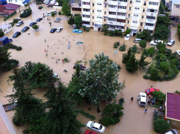 Затопленному Сочи угрожают смерчи: город смывает в море В затопленный ливнями город России Сочи в...