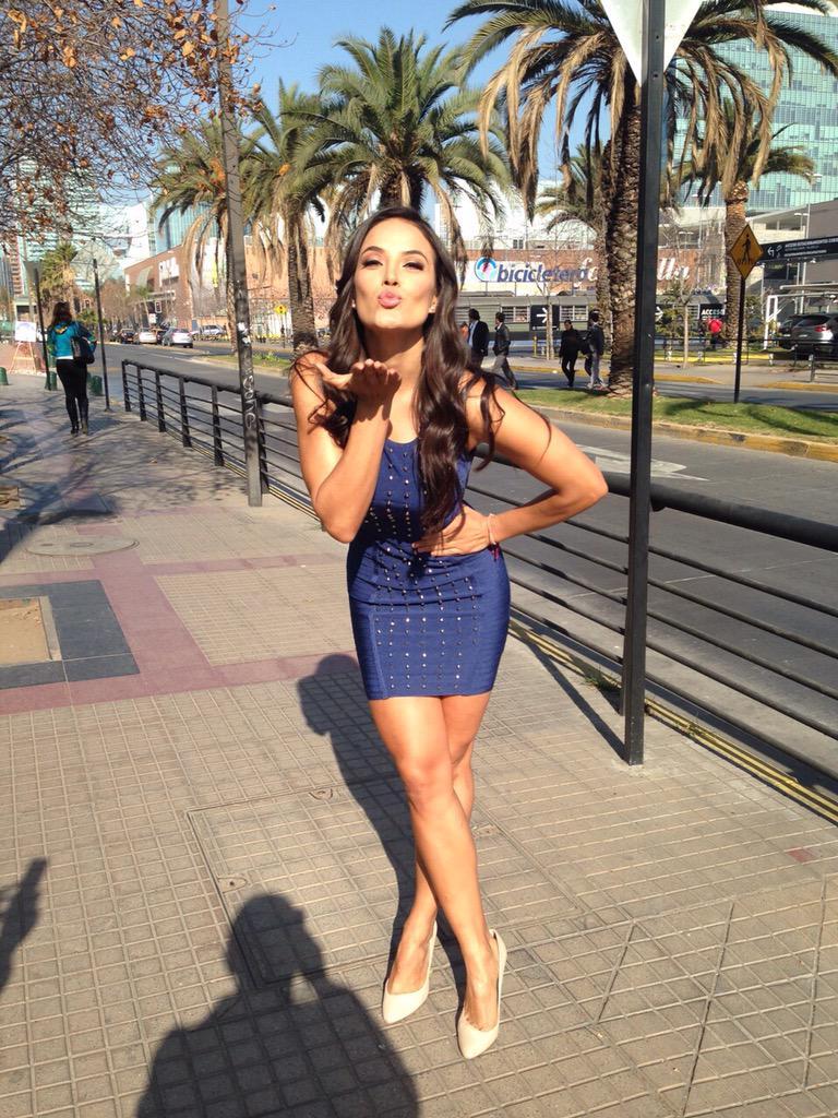 #DoñaGina (@GeorginaHolguin) les manda un beso desde Santiago. #TelevisaDeportes #PiojoMeteme http://t.co/GHOcMIBD4t