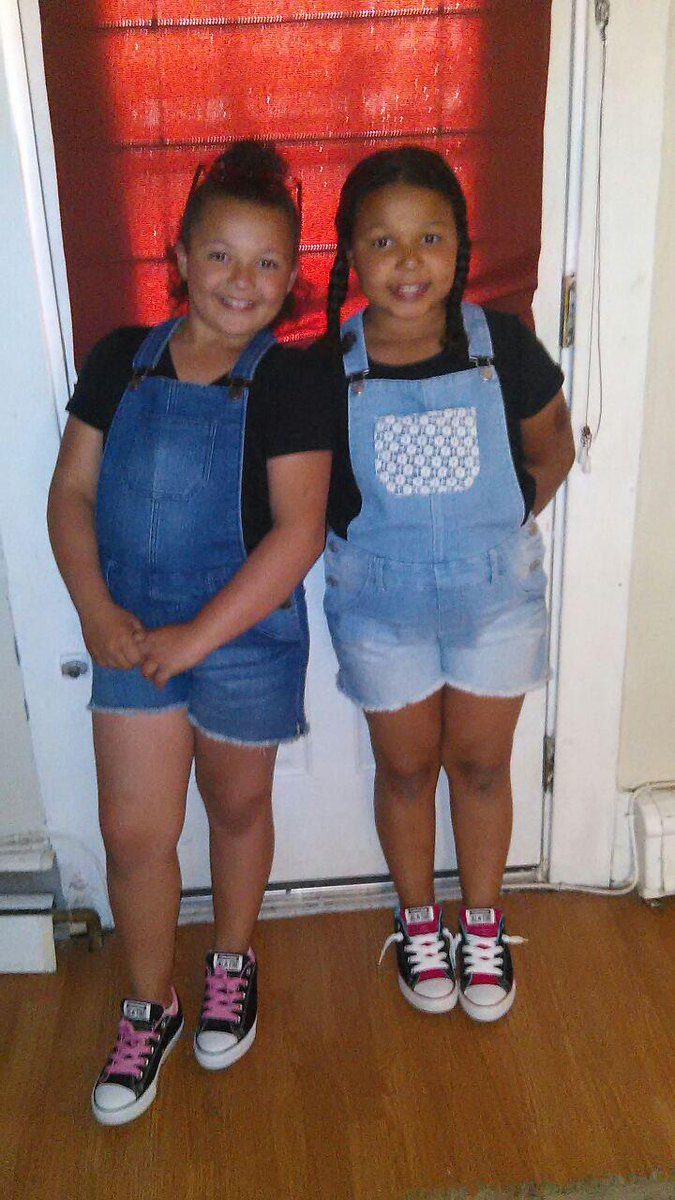 My girls are trying to be cover girls tonight @DonnieWahlberg how can you resist those faces ;) http://t.co/3jIFLsNKau