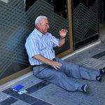 Griechenland. Rentner bekam kein Geld aus dem Automaten. Ich glaube das Bild sagt alles. http://t.co/dkS7wCGadj