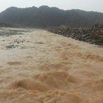 جريان الشعاب بوادي السحتن وبني هني جراء هطول أمطار اليوم.. الوطن العُمانية http://t.co/EGtlo733R7
