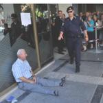 Cuánta dignidad en la desesperación de este hombre derrumbado en la puerta de un banco en Grecia. http://t.co/uJdkjCizya