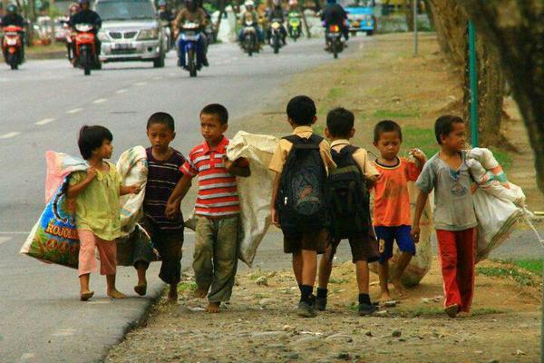 เด็กมีโอกาส และเด็กด้อยโอกาส เดินสวนกันบนถนนช่วงเช้าในอินโดฯ http://t.co/8gDu3OI7o7