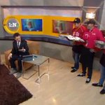 #Ahora en #PrimeroNoticias @CarlosLoret paga la apuesta a @adevaldes de los #tacosdecochinita por duelo de beisbol http://t.co/EzgEdqqtyM