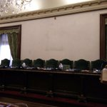 Sólo queda una huella de una tradición milenaria rota. Qué falta en el salón de plenos del Ayto. de Pamplona? http://t.co/YKyqJOI5Ij