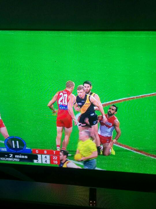 Goodes going the old pro wrestling low blow with the umps back turned? #WWE or #AFLSwansTigers http://t.co/H7R1zRwlwi