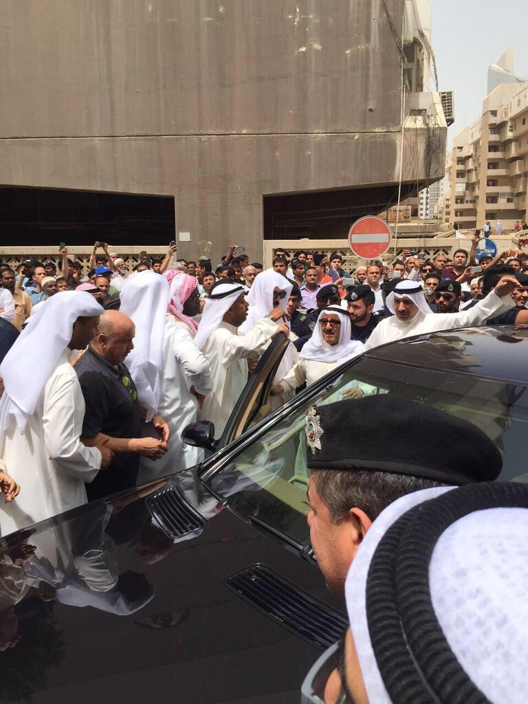 وصول صاحب السمو أمير البلاد إلى موقع تفجير مسجد الإمام الصادق بالصوابر http://t.co/3lhnFlc2RI