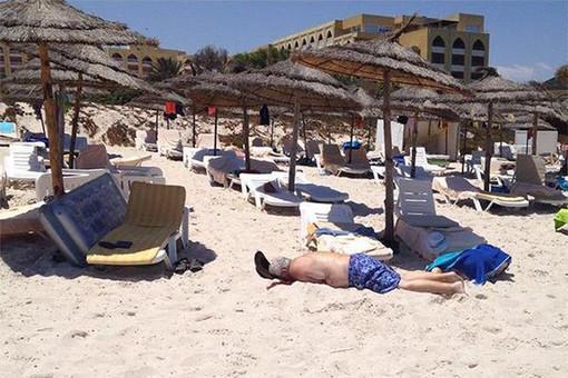 По меньшей мере 27 человек погибли в результате нападения на отель в тунисском городе Сус.