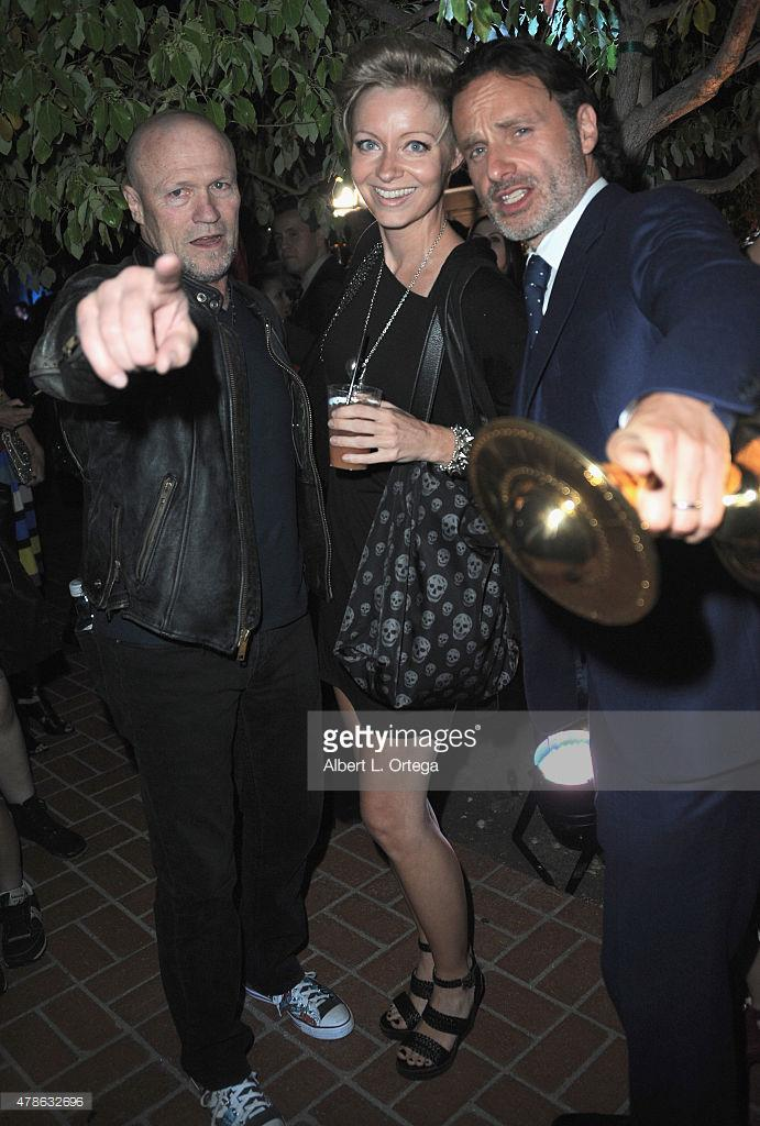 In a #WalkingDead sandwich at last night's Saturn awards - with @RookerOnline and #AndrewLincoln http://t.co/jhH9FAhWo4